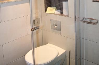 Klein aber fein - das Badezimmer mit Dusche im Blockhaus vom AKZENT Hotel Kaliebe auf Usedom (Trassenheide)