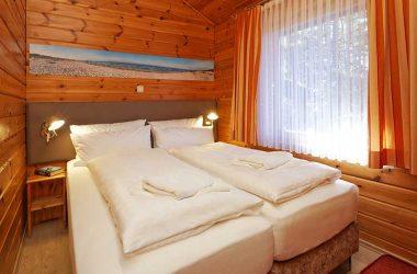 Das große Schlafzimmer/Elternzimmer im Blockhaus vom AKZENT Hotel Kaliebe auf Usedom (Trassenheide)