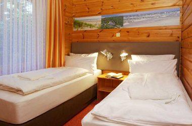 Das Zwei-Bett-Schlafzimmer im Blockhaus vom AKZENT Hotel Kaliebe auf Usedom (Trassenheide)