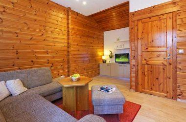 Das Wohnzimmer im Blockhaus mit Flachbildschirm-Fernseher vom AKZENT Hotel Kaliebe auf Usedom (Trassenheide)